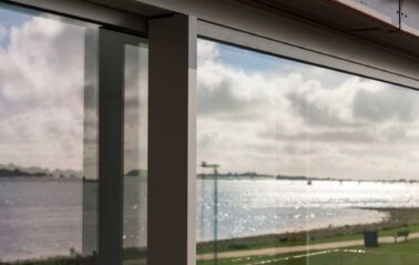 Cero 50 sliding doors installed on the coast